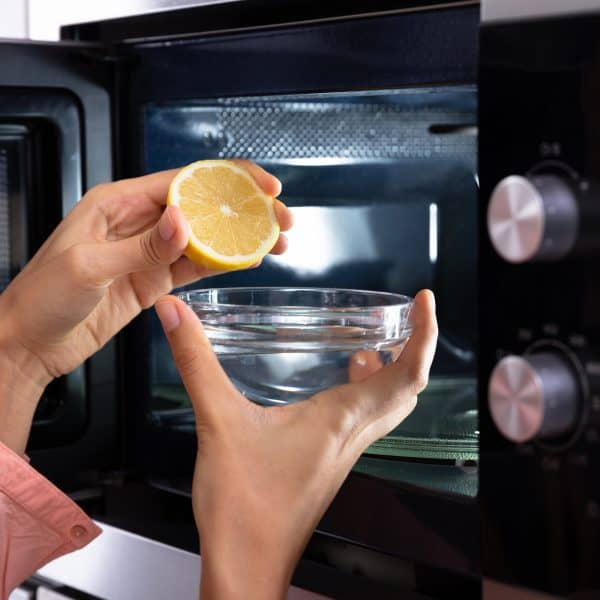 clean a dirty microwave with vinegar and lemon juice
